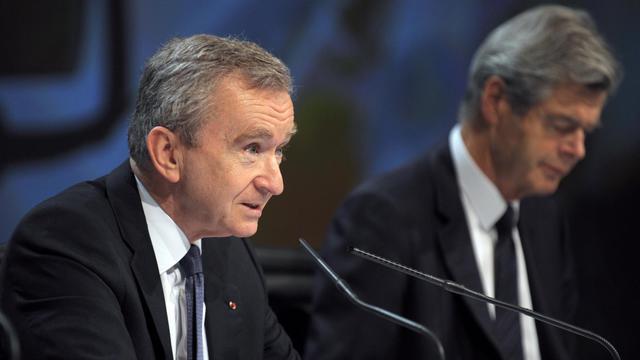 Le PDG de LVMH Bernard Arnault (G) et le vice-président du groupe, Pierre Godé, le 31 mars 2011 à Paris [Eric Piermont / AFP/Archives]