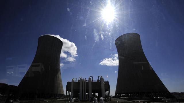 Vue des deux tours réfrigérantes et leur panache de vapeur de la plate-forme Areva du Tricastin, le 4 avril 2011 [Philippe Desmazes / AFP/Archives]