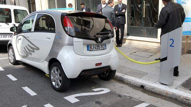 Des personnes regardent une voiture électrique  le 9 avril 2011 à Nice lors du lancement du libre service des voitures électriques baptisé Auto Bleue [Valery Hache / AFP/Archives]