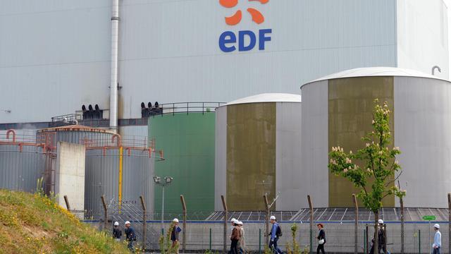 Des ouvriers devant la centrale de Fessenheim, dans l'est de la France [Patrick Hertzog / AFP/Archives]
