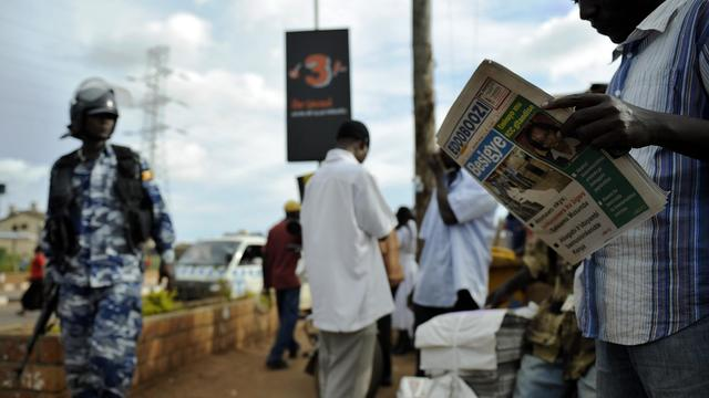 Un homme lit un journal à Kampala, en Ouganda, le 11 mai 2011 [Tony Karumba / AFP/Archives]