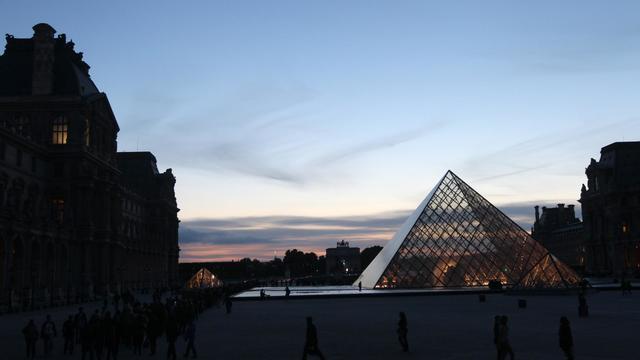 Des personnes font la queue devant le musée du Louvre, à Paris, lors de l'édition 2011 de la nuit des Musées [Pierre Verdy / AFP/Archives]
