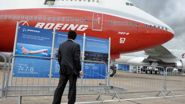 Un homme regarde le Boeing 747-8 au salon du Bourget à Paris le 20 juin 2011 [Eric Piermont / AFP/Archives]