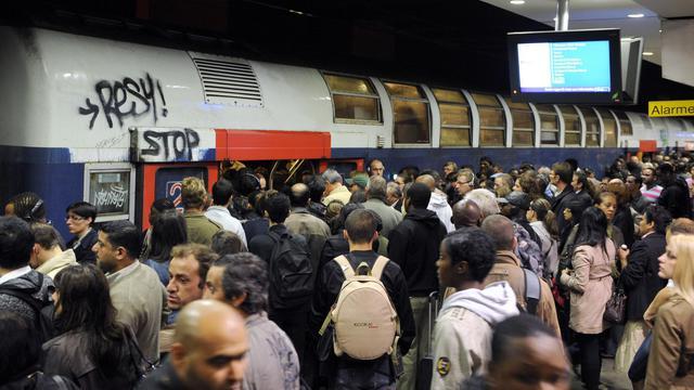 Des usagers du RER sur le quai d'une gare parisienne [Bertrand Guay / AFP/Archives]