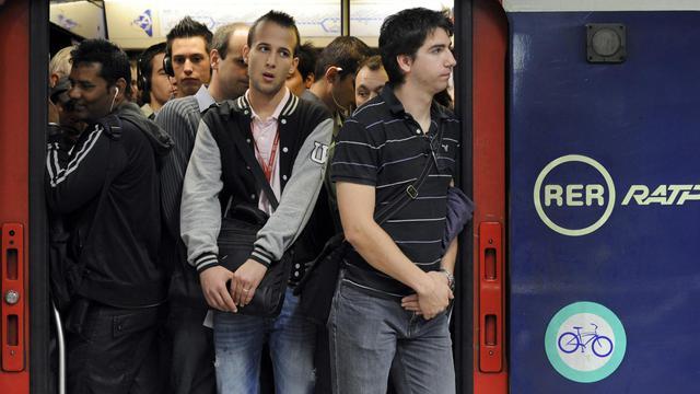 Des usagers sont photographiés, le 21 juin 2011, dans l'une des rames du RER B à la gare du Nord à Paris [Bertrand Guay / AFP/Archives]