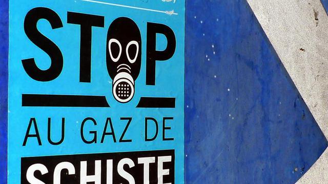 """Un autocollant """"stop au gaz de schiste"""" dans une commune de l'Ardèche, en France, opposée à un projet d'exploration de gaz de schiste, le 3 août 2011 [Denis Charlet / AFP/Archives]"""