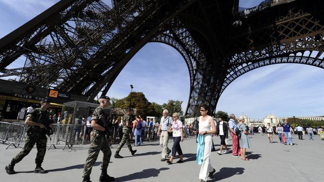 Des soldats patrouillent sous la tour Eiffel à Paris dans le cadre du plan Vigipirate [Miguel Medina / AFP/Archives]