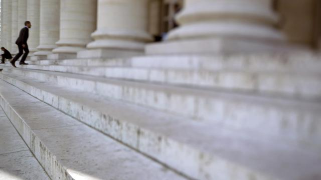 Les marches du palais Brongniart, où se trouvait auparavant la Bourse de Paris [Joel Saget / AFP/Archives]