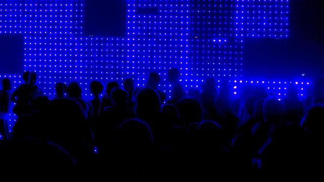 """Des parisiens dans l'installation de Fred Sapey-Triomphe """"Yeti"""", lors de la Nuit Blanche le 1er octobre 2011 à Paris [Fred Dufour / AFP/Archives]"""