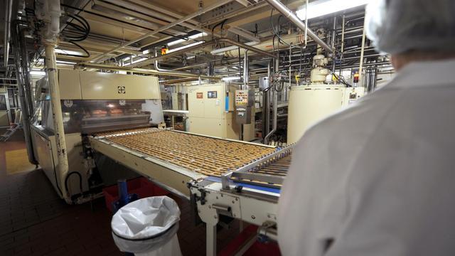 Une chaîne de montage dans une usine de biscuits [Denis Charlet / AFP/Archives]
