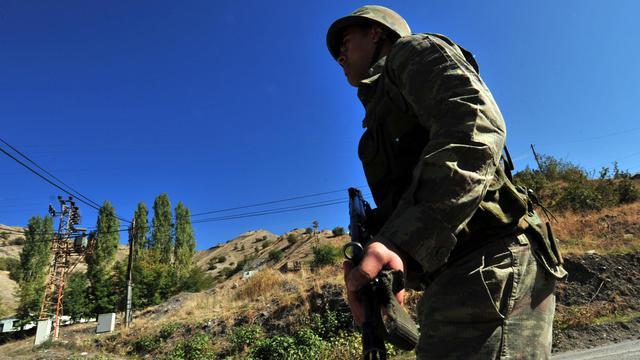 """Vingt-cinq soldats turcs ont été tués dans une violente explosion """"d'origine indéterminée"""" qui a détruit mercredi soir un dépôt de munitions dans la ville d'Afyon, dans l'ouest de la Turquie, a annoncé jeudi l'armée turque.[AFP]"""