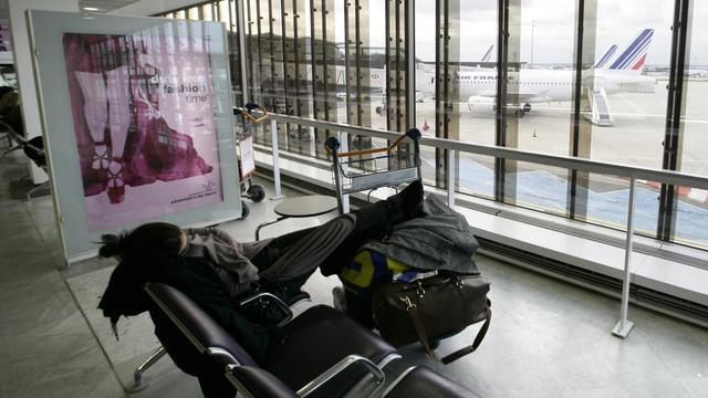 Une passagère lors d'une grève à l'aéroport d'Orly près de Paris, le 30 octobre 2011 [Alexander Klein / AFP/Archives]