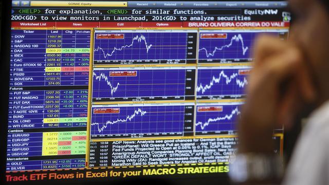 Un trader regarde un écran de contrôle, le 2 novembre 2011 à Lisbonne [Patricia de Melo Moreira / AFP/Archives]
