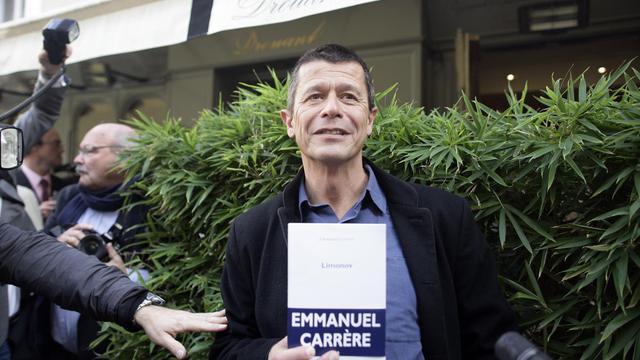 Emmanuel Carrère pose le 2 novembre 2011 à Paris alors qu'il vient de recevoir le Prix Renaudot [Alexander Klein / AFP/Archives]