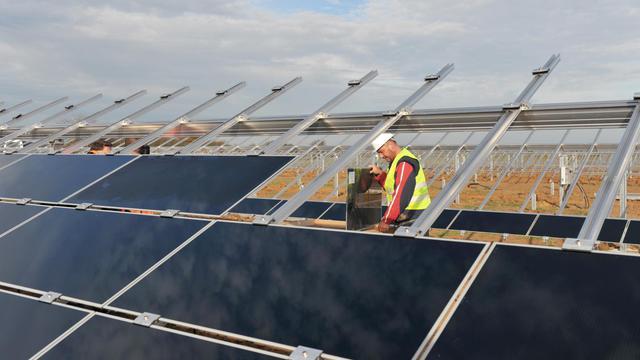 Les filières françaises du solaire et de l'éolien, au bord de l'asphyxie, attendent avec impatience la conférence environnementale de la fin de semaine pour découvrir le menu des mesures de soutien d'urgence promises par la ministre de l'Ecologie Delphine Batho. [AFP]