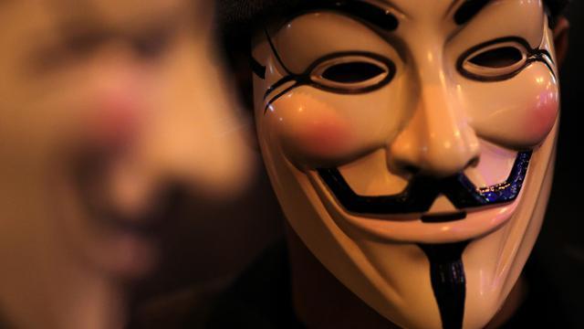 Un homme porte le masque de Guy Fawkes, symbole des Anonymous, le 1er janvier 2012 [Mohd Rasfan / AFP/Archives]