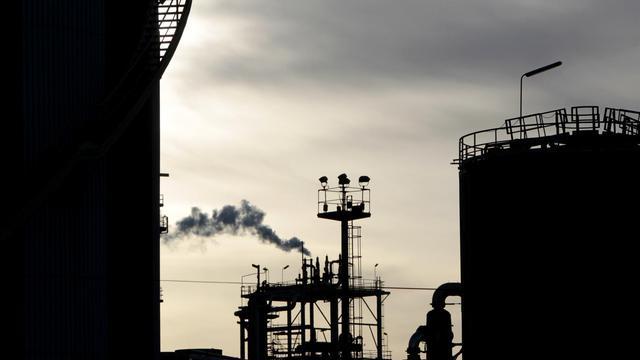 La France doit se préparer à des prix du pétrole durablement élevés et de plus en plus volatils, en réduisant sa consommation énergétique et en développant les énergies alternatives, souligne le Centre d'analyse stratégique dans une note publiée mardi. [AFP]