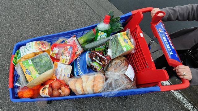Une personne fait ses courses le 20 Janvier 2012 dans un supermarché à Bailleul, dans le département du Nord [Philippe Huguen / AFP/Archives]