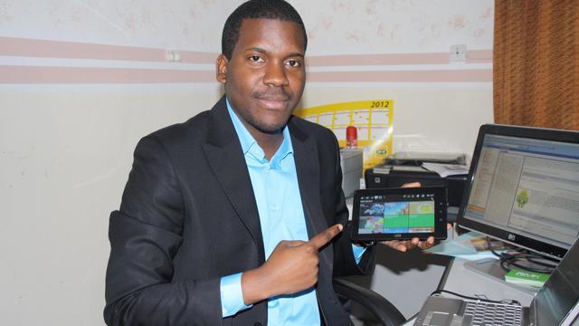 """Après avoir lancé la première tablette tactile africaine fin janvier, le Congolais Vérone Mankou, 27 ans, a lancé jeudi à Brazzaville le premier smartphone made in Africa, en promettant un tarif """"raisonnable"""". [AFP]"""