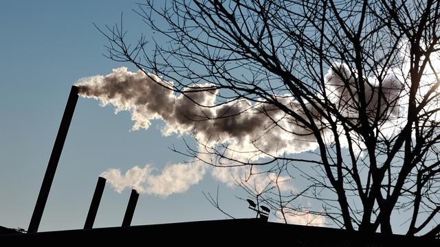 Des cheminées d'usine à Seclin (nord de la France), le 2 février 2012 [Philippe Huguen / AFP/Archives]