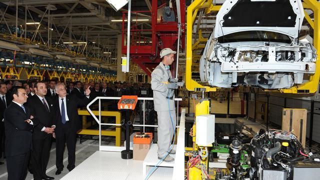 Le PDG de Renault, Carlos Ghosn (g) et le roi du Maroc, Mohamed VI inaugurent une usine Renault à Meloussa, le 9 février 2012 [Azzouz Boukallouch / Pool/AFP/Archives]