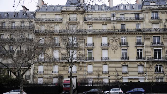"""L'immeuble de l'avenue Foch saisi par la justice dans le cadre de l'enquête sur les """"biens mal acquis"""" est au centre d'un imbroglio dans le voisinage, certains copropriétaires ayant saisi la justice autour d'un contentieux sur le statut diplomatique du bâtiment. [AFP]"""