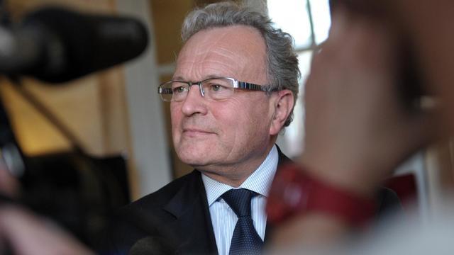 L'ex député UMP Christian Vanneste répond aux journalistes le 15 février 2012 à l'Assemblée nationale à Paris [Bertrand Langlois / AFP/Archives]