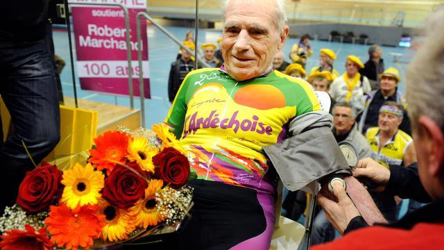 Le cycliste centenaire Robert Marchand se fait prendre la tension parès avoir battu un nouveau record, le 17 février 2012, à Aigle, en Suisse [Sebastien Feval / AFP/Archives]