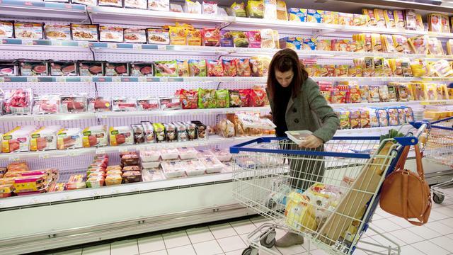 Après avoir quasiment stagné en 2009 à cause de la crise, le niveau de vie des Français a baissé en 2010, seuls les plus aisés étant épargnés, selon une étude de l'Insee révélant aussi que la pauvreté progresse, en particulier chez les plus jeunes. [AFP]