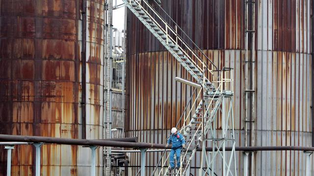 Un salarié de la raffinerie Petroplus de Petit-Couronne le 24 février 2012 [Kenzo Tribouillard / AFP/Archives]