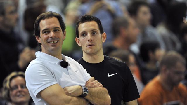 Le champion olympique de saut à la perche Renaud Lavillenie (droite) et son entraîneur Damien Inocencio (gauche) lors des championnats de France d'athlétisme en salle d'Aubière (Auvergne) le 25 février 2012. [Thierry Zoccolan / AFP/archives]