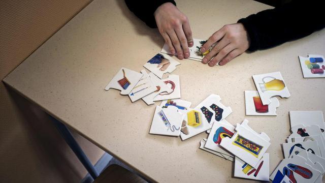 Une personne autiste participe à des activités dans un centre spécialisé [Jean-Philippe Ksiazek / AFP/Archives]