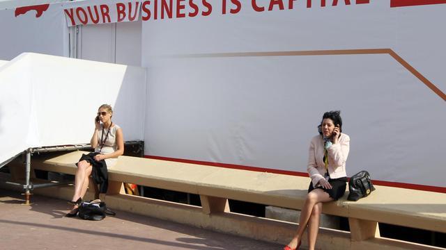 Des femmes discutent au téléphone, le 8 mars 2012 à Cannes [Valery Hache / AFP/Archives]