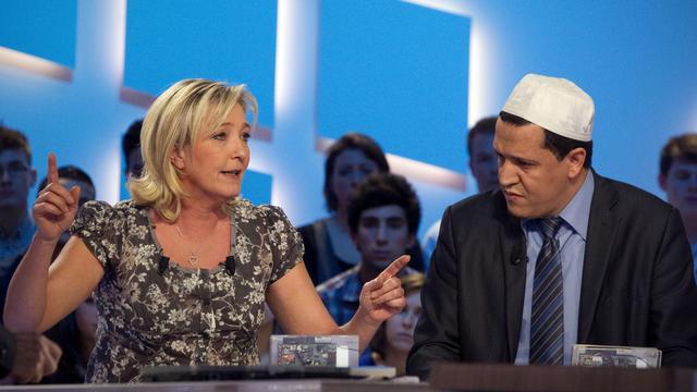 Marine Le Pen aux côtés de Hassen Chalghoumi, imam de la mosquée de Drancy, sur le plateau du Grand Journal, le 9 mars 2012 [Joel Saget / AFP/Archives]