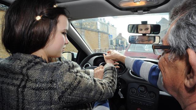 Une jeune femme prend un cours de conduite [Jean-Francois Monier / AFP/Archives]