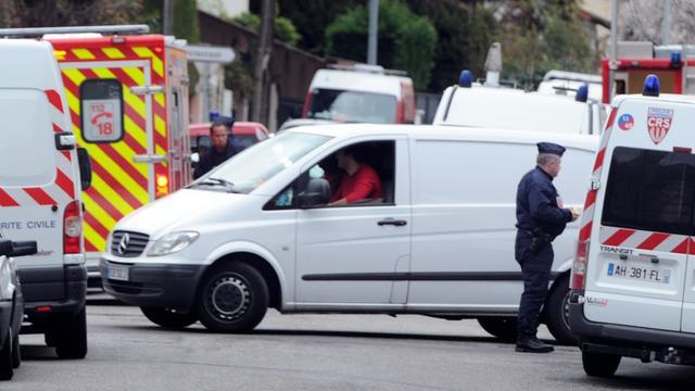 Des véhicules de secours et de police près du domicile de Mohamed Merah à Toulouse, le 22 mars 2012 [Pascal Pavani / AFP/Archives]