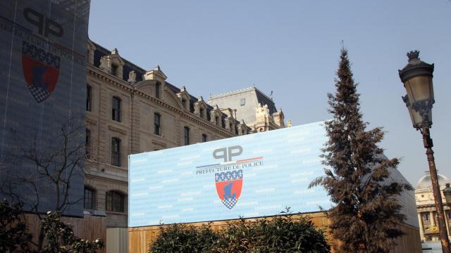 Le logo géant de la préfecture de police de Paris repose sur la façade de l'administration, le 30 mars 2012 [Jacques Demarthon / AFP/Archives]
