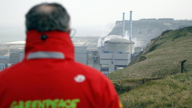 """Greenpeace s'est étonnée jeudi de la """"différence d'approche"""" entre la France et la Belgique face à des fissures sur les cuves des réacteurs nucléaires, demandant """"une harmonisation a minima européenne"""" de la doctrine de la sûreté sur ce sujet.[AFP]"""