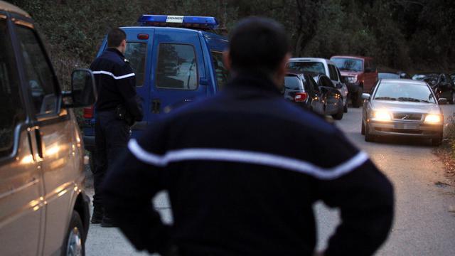 Des gendarmes le 8 avril 2012 sur le lieu d'un meurtre à  Ghisonaccia en Haute-Corse [Pascal Pochard-Casabianca / AFP/Archives]