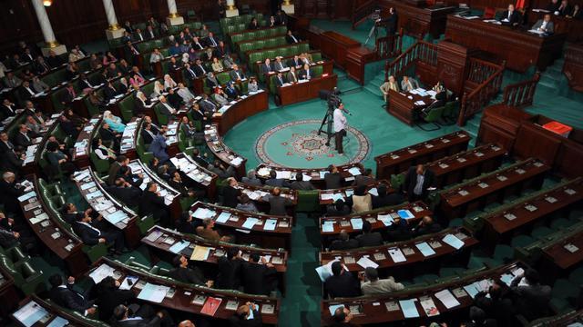 Le rapporteur de la nouvelle Constitution tunisienne a annoncé lundi que sa date d'adoption fixée par le gouvernement pourrait avoir six mois de retard et être reportée à avril 2013, ce qui risque d'approfondir l'incertitude politique dans le pays.[AFP]