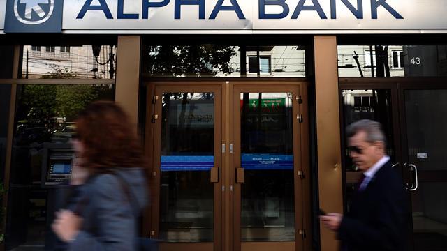 Une branche d'Alpha Bank, photographiée le 19 avril 2012 à Athènes [Aris Messinis / AFP/Archives]