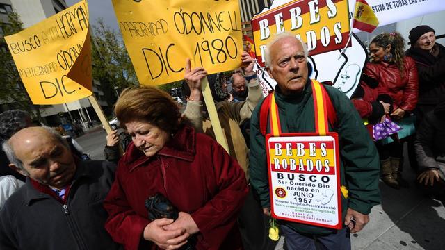"""Des victimes du  scandale des """"bébé volés du franquisme"""" défilent pour que la justice enquête, le 20 avril 2012 à Madrid [Pierre-Philippe Marcou / AFP/Archives]"""