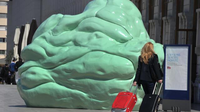 """Une sculpture de chewing-gum géant devant la gare SNCF de Marseille Saint-Charles dans le cadre de la campagne """"Il n'y a pas de petites incivilités"""", le 20 avril 2012 [Gerard Julien / AFP/Archives]"""