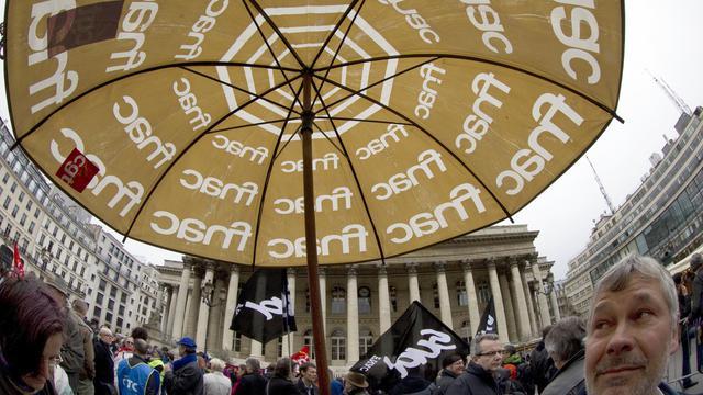 Des employés de la Fnac manifestent le 27 avril 2012 devant la Bourse de Paris [Joel Saget / AFP/Archives]