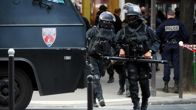 Une femme d'une vingtaine d'années, séquestrée pendant quelques heures dans un appartement du IXe arrondissement parisien, est parvenue à attirer l'attention des passants en jetant par la fenêtre des petits mots appelant à l'aide, a-t-on appris lundi de source policière. [AFP]