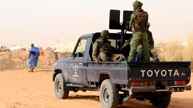 """Des enquêteurs désignés par le gouvernement malien se sont rendus lundi dans la zone de la mystérieuse fusillade ayant fait 16 morts, dont huit Mauritaniens, et suscité la colère de la Mauritanie qui a dénoncé un """"assassinat collectif"""" et exigé une enquête indépendante. [AFP]"""