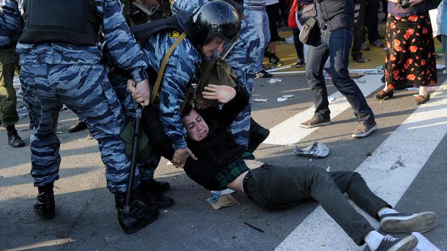 Des policiers arrêtent un opposant lors d'une manifestation anti-Poutine le 6 mai 2012 à Moscou [Natalia Kolesnikova / AFP/Archives]