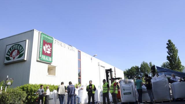 Des ouvriers devant l'usine Fralib de Géménos, le 11 mai 2012 [Boris Horvat / AFP/Archives]