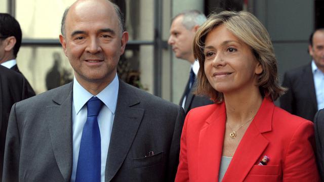 La ministre du Budget, Valérie Pécresse, avec son successeur, Pierre Moscovici, lors de la passation de pouvoirs, le 17 mai 2012 [Eric Piermont / AFP/Archives]