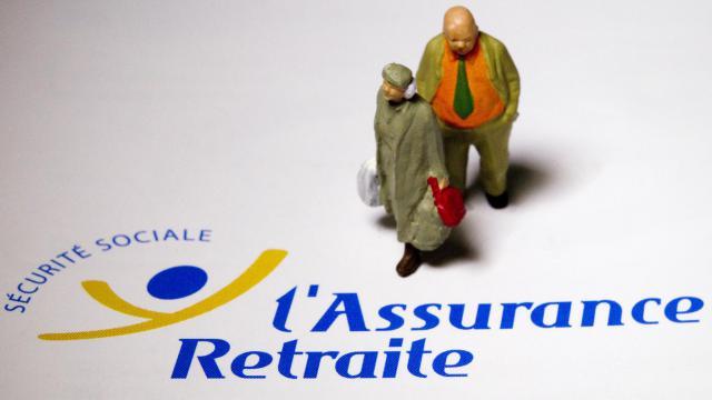 Des figurines d'un couple de retraités sur le logo de l'Assurance Retraite [Joel Saget / AFP]
